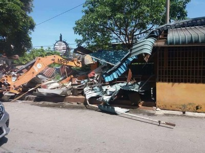 疑非法占用公家地段,峇都丁宜大路旁一马来鸡饭及经济饭食档,今午遭土地局取缔。