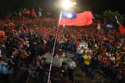 国民党高雄市长候选人韩国瑜挺进冈山举办造势晚会,现场气氛激昂。(中央社照片)