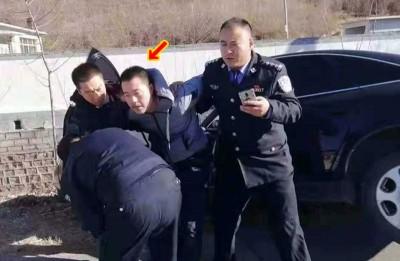 警官合力将韩继华(箭嘴示)制服。