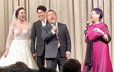 张小燕(右起)、曾志伟出演祝福新人。