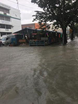 峇六拜河水倒流,导致峇六拜7个地区水灾,即峇六拜市镇、比查村、鱼池路、快乐村、甘榜巴当、甘榜巴罗、甘榜武吉。