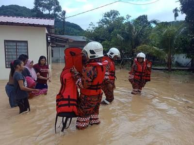 浮罗双溪槟榔武吉格吉有2间民宅因水位已到成人的膝盖处,由消拯员协助灾黎撤离家园,搬到当地民众会暂住。