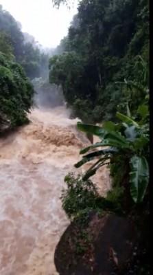 知知哥拉望(Titi Kerawang)瀑布的水位一度告急,但随著傍晚雨势已停,水位也恢复正常了。