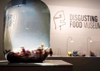鼠酒制法:用小老鼠淹死于白酒中,酿制一年就可饮用。