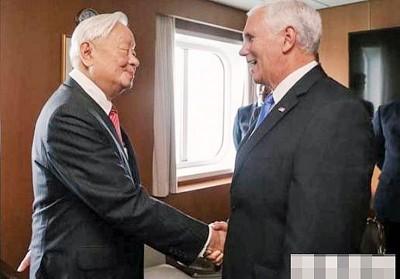 张忠谋(左)以邮轮上会彭斯,台美领袖笑容满面握手。