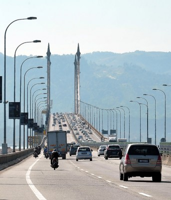 2019年1月1日起,政府将停收槟城第一大桥摩托车过路费。