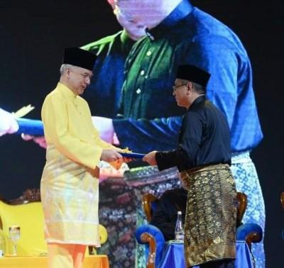 苏丹纳兹林莎(左)颁发委任状给阿德里。