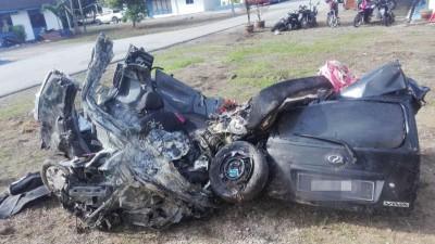 失事轿车在车祸後变成烂铁。