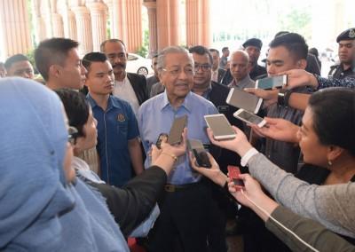 马哈迪在会议后,接受媒体的访问。