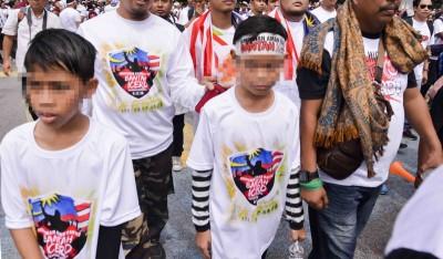 警方接获投报昨日有人携带孩童参加集会。