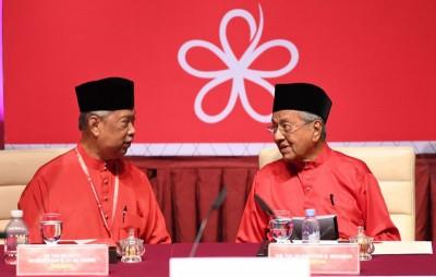 慕尤丁与马哈迪出席土著团结党代表大会。