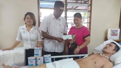 雷尔国会议员在林秀琴州议员陪同下移交捐款,由母亲郑明珠女士接领。