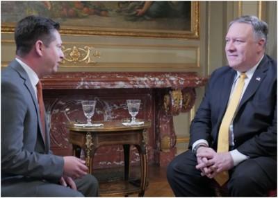 蓬佩奥(右)接受美国之音记者专访。
