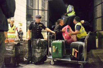 警察在柏威年公寓充公物品。