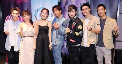 导演李闳杰(左一)带领演员们与记者会,啊《舞蹈极限》宣传,左二自吗月、李艳馨、小鬼、蔡宇杰、依宏恩以及王子宁。