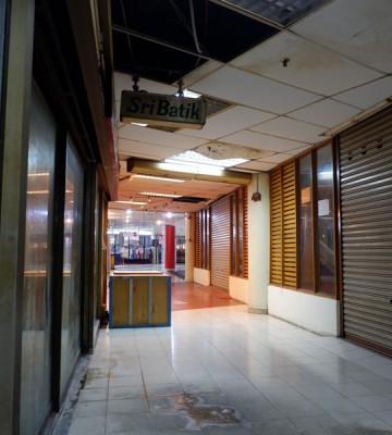 光大三楼店面某处被发现天花板损坏不堪,地上更是布满水渍。