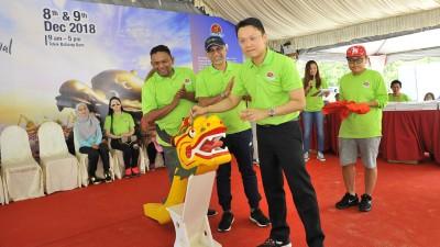 """祖基菲里(左起)、峇迪亚及杨顺兴主持""""2018年槟城国际龙舟节""""点睛仪式。"""
