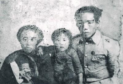 1946年杨妈富赵桃贞夫妇申请复员回南洋时的一家照片,中是儿子杨国良,襁褓里的女儿杨梅辉。