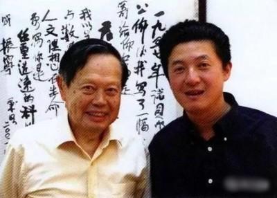 杨振宁(左)跟张首晟(右)2004年合影于清华大学。