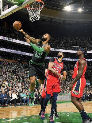 莫里斯(左)全场得到31分4篮板4助攻,也绿军拿下6连胜的最大功臣。