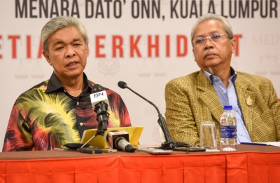 阿末扎希(左)由安努亚慕沙陪同,召开记者会。