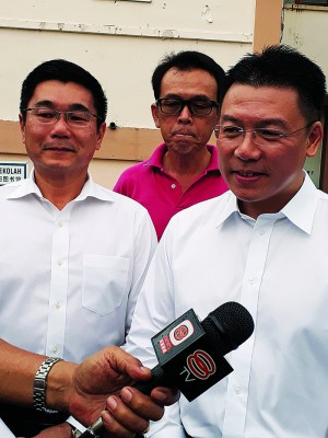 倪可敏强调行动党会努力争取每一票,左为太平国会议员郑国霖。
