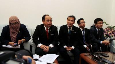 槟岛市长尤端祥(中)向记者发表谈话,其左为槟岛市政厅秘书安南及右起魏祥敬市议员及王宇航市议员。