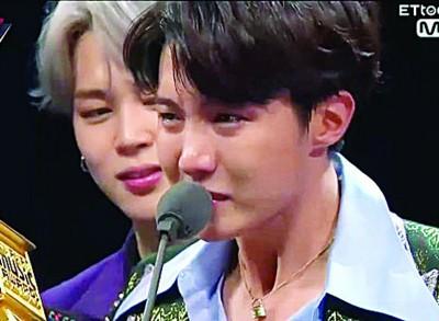 J-hope同一哭,任何成员为禁不住情绪。
