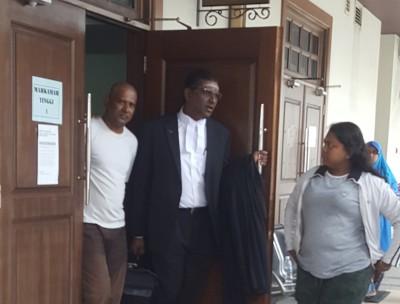 被告莫哈末拉菲伊闻判后被押出法庭,旁为代表律师雷尔。