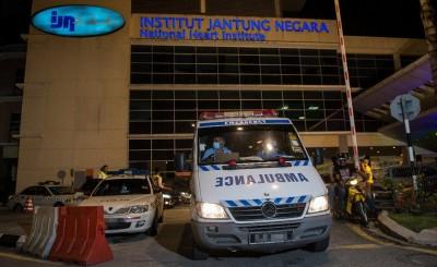载着死者遗体的救护车,周二凌晨时分从国家心脏中心离开,前往吉隆坡中央医院。