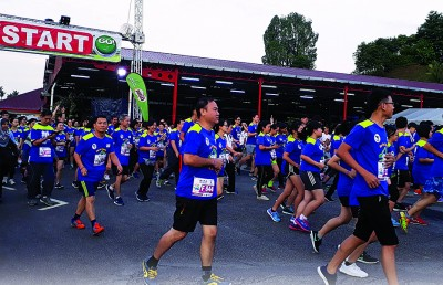 参赛者开步跑。