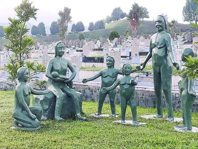 天伦乐塑像告诉大家一家人要和睦。