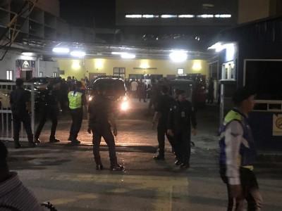 莫哈末阿迪的遗体周二(18日)凌晨在吉隆坡中央医院太平间解剖,大批同僚在太平间外守候。