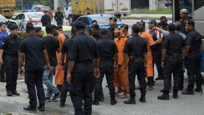 图为早前警方扣押嫌犯返现场调查情景。