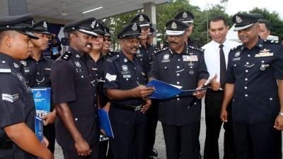 获褒奖状的警官与达威甘(右2)和安峇拉甘(右1)一起分享喜悦。