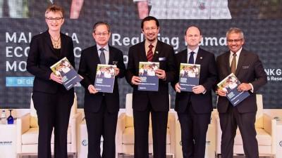 玛拉沃维克(左起)、李文材、赛夫安努亚、菲拉斯等推介马来西亚经济监测报告。