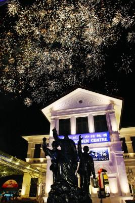 璀璨烟花庆祝槟城阅书报社跨过110年的峥嵘岁月。