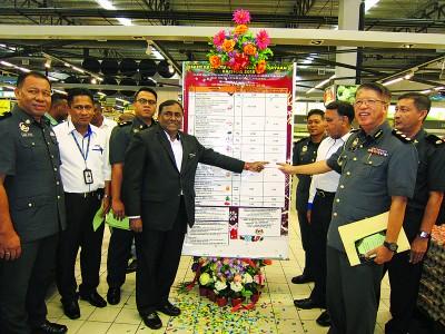 苏慕甘(左4)为圣诞节价格统制计划主持推介礼,左为莫哈莫阿芬迪及陈进松(右)。