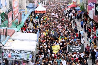 逾1000名beplay体育官方下载者走上街头,为阿迪讨回公道,把街道挤得水泄不通。