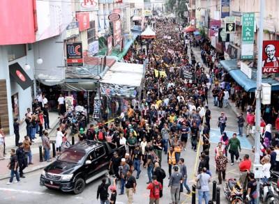 人群尾随四轮驱动车的步伐,从巴生皇城清真寺走向巴生艺术广场。