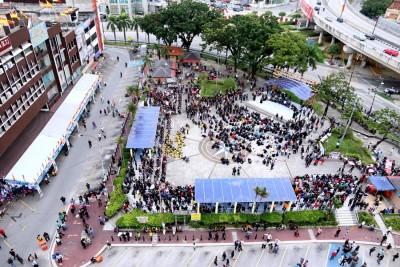 人群零零散散分布在巴生艺术广场,人数没占据整个广场。