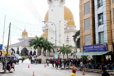 beplay体育官方下载起点在巴生皇城清真寺,为阿迪祈祷。