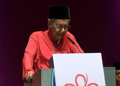 马哈迪在提到希盟胜选时不禁哽咽。
