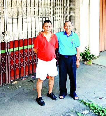 86岁的老实兆远陈畴化(左)带领刘道南视察陈平故居福万隆脚车店。其隔壁的是福崇安宝号。