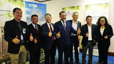 孙子巄(左起)、杜进良、倪川鹏、佳日星、王万祥、庄厥成及锺金月推介2019年槟州产业高峰会。