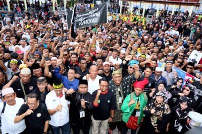 尽管说是要为阿迪讨回公道,但根据主办单位开出的7大诉求,以及着台上的致辞和集会者情绪,更像是伊斯兰权益集会。