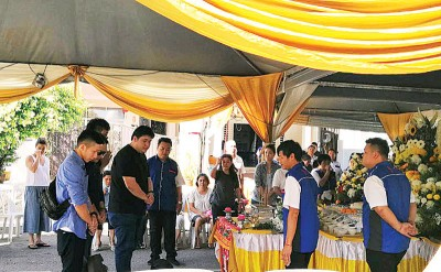除了亲友及部分社团代表外,马来西亚Nene Chicken董事经理黄凯政携公司代表前来送殡。
