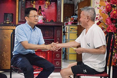 杨顺兴(左)也资助杨源发一笔医疗费用和生活开销。