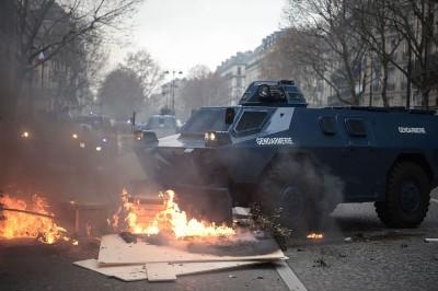 宪兵装甲车在巴黎市中心出动。(法新社照片)