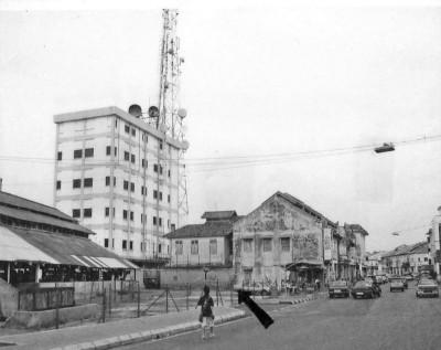 1941年冬至大日子当天,鬼子大开杀戒疯狂扫杀的地点之一大巴刹。箭头所指处曾经是鬼子杀头挂人头之处。